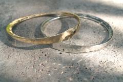 Två smidda armband