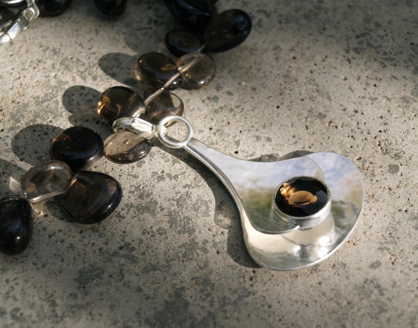 Halshänge i sterlingsilver med rökkvarts med colliér av rökkvarts