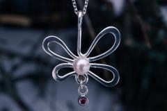 Halshänge i sterlingsilver med odlad pärla och rubin