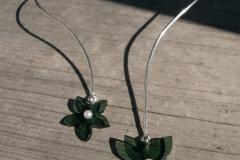 Halsring i sterlingsilver med hängen i akrylplast och odlade pärlor