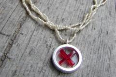 Halsband med hänge av sterlingsilver och akrylplast på colliér av små pärlor