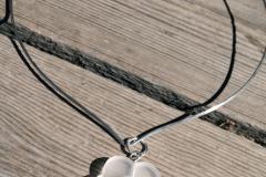 Halshänge i akrylplast, odlad pärla och sterlingsilver