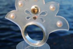 Ring av akrylplast, sterlingsilver, odlade pärlor och detaljer i 18k guld