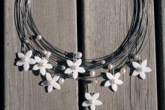 Halssmycke i pianotråd, akrylplast, odlade pärlor och sterlingsilver