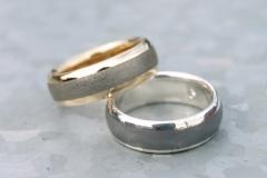 Ringar av 18k guld och sterlingsilver med inlägg av järn.